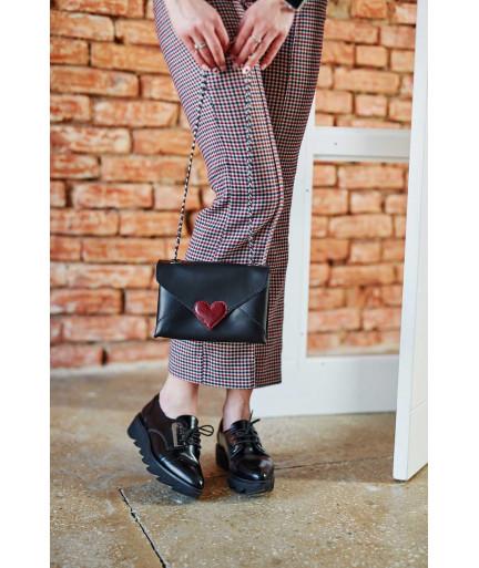 Кожаная  сумка клатч «Leya» черного цвета с бордовым сердечком