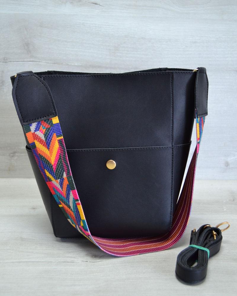 Женская сумка из эко-кожи  яркий ремень черного  цвета